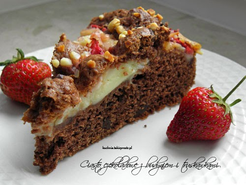 czekoladowe ciasto z budyniem i truskawkami