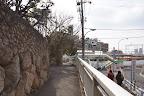 御影駅北側。左の石壁は50年前と変わらない(2011/1)