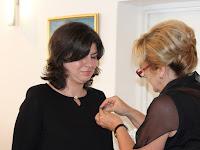 16 - a nagykövet feltűzi a kitüntetést Németh Szilviának.JPG