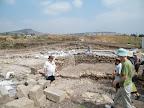 מגיעים אל חפירות בית הכנסת הייחודי שנמצא במקום