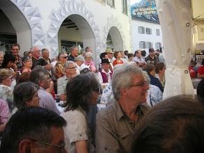 Photo: Sehr viel Volk beim  Festakt.