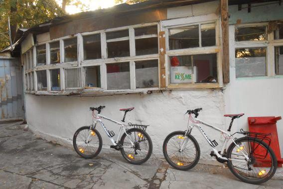 Die frisch geliehenen Giant-Räder im Hinterhof von Sabyrbek's Guest House, Bischkek, Kirgistan