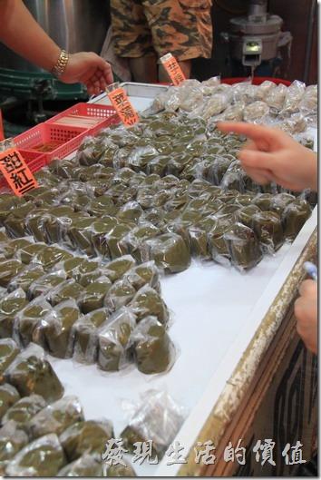 九份老街阿蘭草仔粿一個賣NT10,有多種口味(甜紅豆、菜埔米、芋粿)可以選擇。