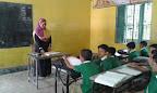 Bambini di una classe con la maestra di Shuktara