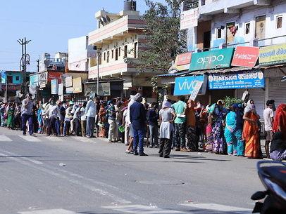 अव्यवस्था / पांच किमी लंबी लाइन में धूप में 5 घंटे खड़े रहे 4000 लोग, सिर्फ 1500 को ही मिला अनाज