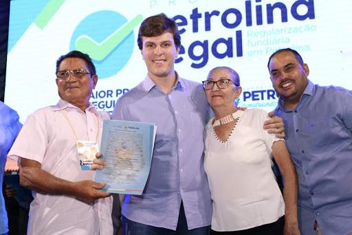 Miguel entrega títulos de posse de moradias a mil famílias de Petrolina