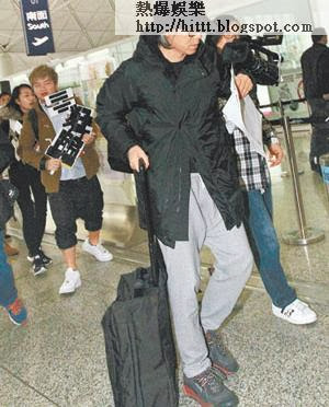周星馳久未蒲頭,記者在機場遇見他追住狂影,他被攝影機撞及即起踭自保。