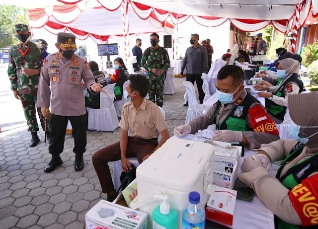Tinjau Vaksinasi Serentak 10 Titik di NTB, Kapolri Harap Target Pemerintah Segera Terwujud