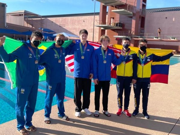 os seis atletas medalhistas posam para foto, carregando as bandeiras de seus países. Da esquerda para a direita: dupla do Brasil, dupla dos Estados Unidos e a dupla da Colômbia