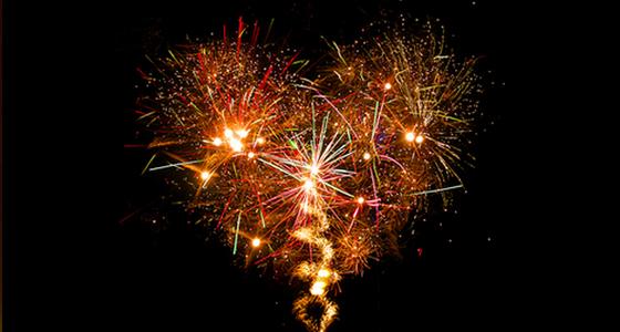 Fogos de artificio em formato de coração ano novo
