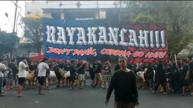 Viral Kerumunan Warga Giring Kambing Tanpa Prokes: Rayakanlah! Don't Panic, Corona Go Away