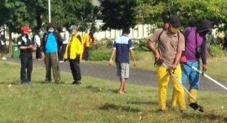 Antisipasi Wabah Penyakit, Wabup Soppeng Ikut Kerja Bakti di Sekitar Waduk Ompo