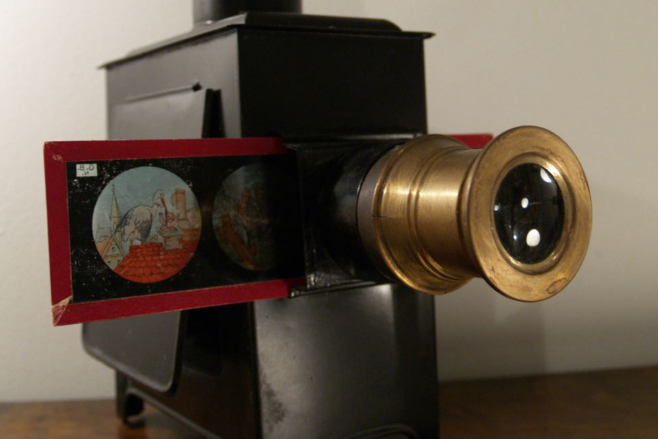 Magic Lantern By Andrei Niemimäki (Flickr) [CC BY-SA 2.0 (http://creativecommons.org/licenses/by-sa/2.0)], via Wikimedia Commons