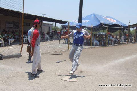 Jesús González de SUTERM anotando en el softbol del Club Sertoma