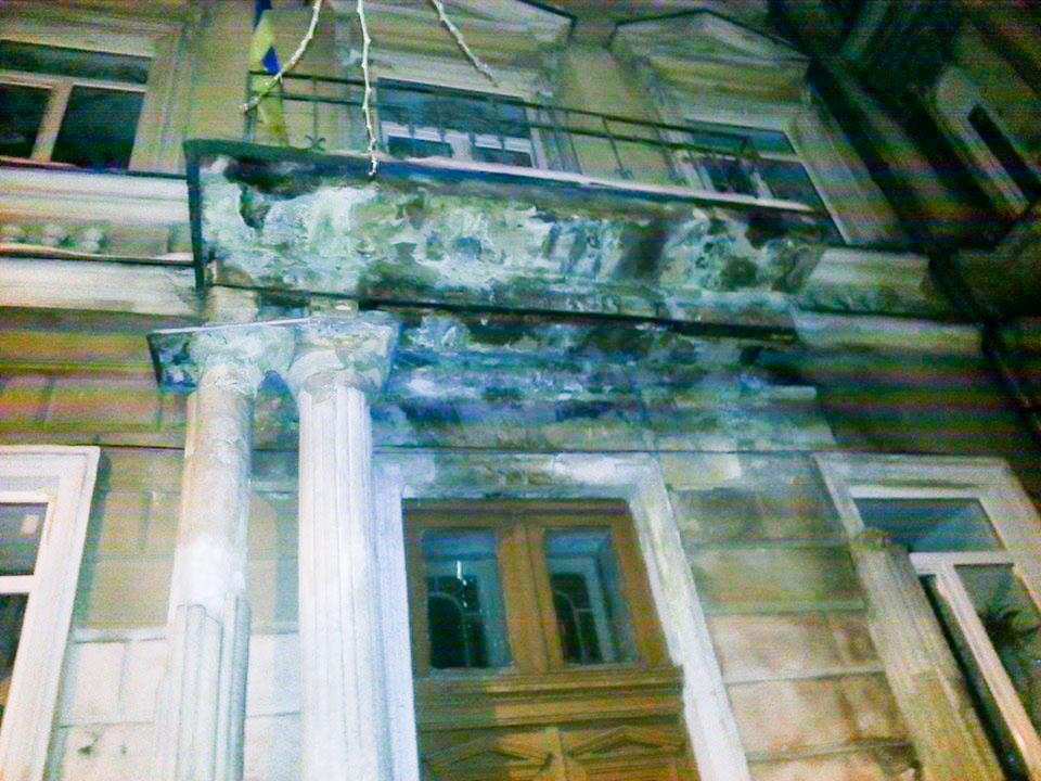 41_1 Одесса: обвалилась колонна, которая подпирает балкон