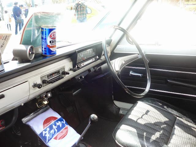 ダットサン サニーの車内-1