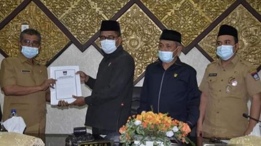 DPRD Kota Padang Sahkan Ranperda Retribusi Jasa Usaha.