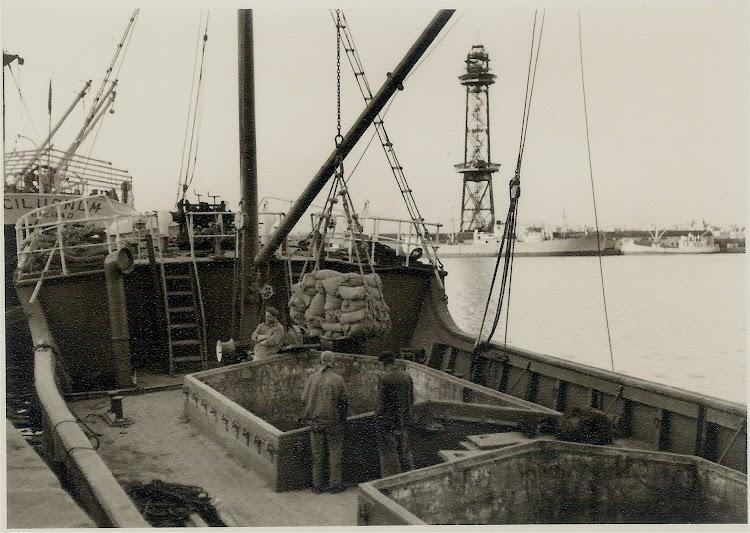 Detalle de la cubierta del ANDURIÑA en el puerto de Barcelona. Fecha indeterminada. Colección Jaume Cifre Sanchez. Nuestro agradecimiento.jpg