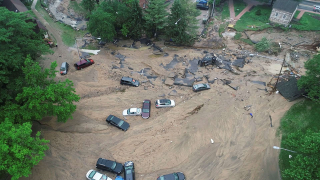This image made from video provided by DroneBase shows vehicles swept by floodwater near the intersection of Ellicott Mills Drive and Main Street in Ellicott City, Md., Monday, 28 May 2018. Photo: DroneBase / AP