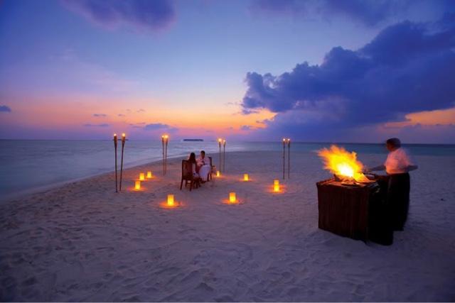 makan malam romantis di tepi pantai, makanannya dibakar