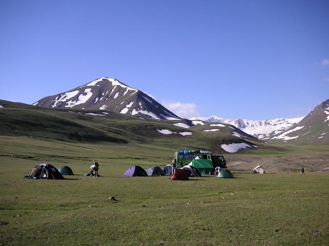Lépidoptéristes de l'ALF sur l'Alabel Pass (3184 m) dans le Talas Alatau. Kyrgyzistan, 27 juin 2006. Photo : Jean Michel