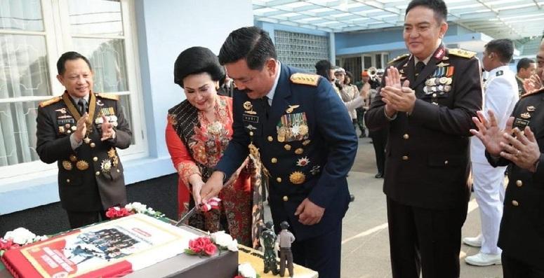 Jenderal Polri Berikan Kejutan Untuk Panglima TNI dan Staff