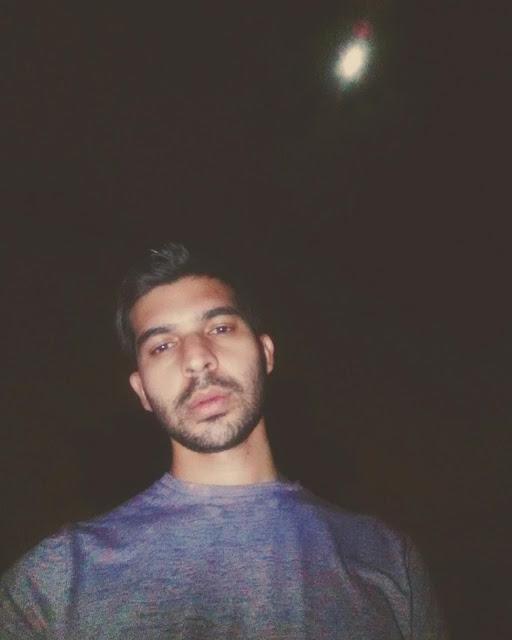 Foto del escritor modelo y artista famoso Sir Helder Amos en una noche oscura donde solo brillaba la luna y él.