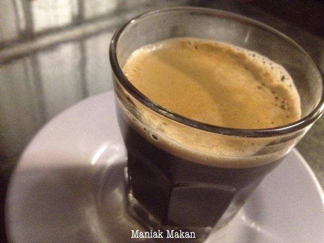 maniak-makan-uptomie-simprug-jakarta-black-coffee