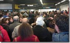 Folla oceanica alla stazione di Chiaiano