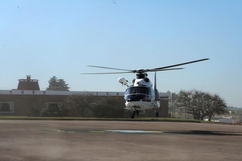 El Presidente Tabare Vazquez llega a Florida en helicoptero.