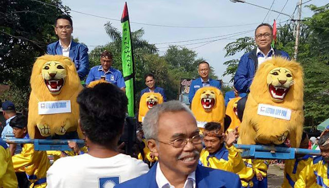Ketua umum pan naik sisingaan saat kunjungi subang