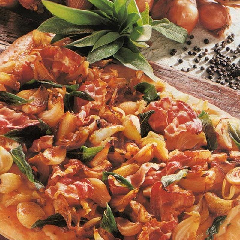 Pizza agli scalogni con pancetta affumicata.
