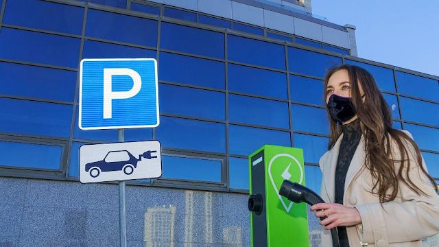 Δέκα χώρες της ΕΕ δεν διαθέτουν ούτε ένα σημείο φόρτισης για ηλεκτρικά αυτοκίνητα ανά 100 χιλιόμετρα οδικού δικτύου