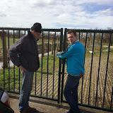 Kijk, die poort gaat weer goed dicht joh ! Met dank aan Tielemans Hekwerken voor de verlengde scharnieren.