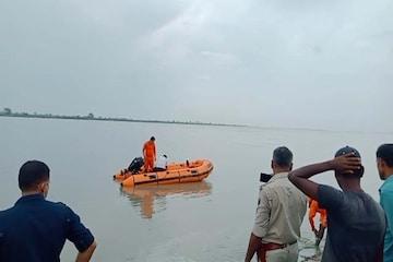 दोस्तों के साथ सेल्फी के चक्कर में उफनती गंडक नदी में समा गया युवक, तलाश में जुटी NDRF की टीम