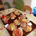 Żabki przygotowują pizze
