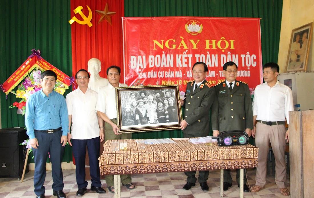 Thượng tướng Nguyễn Văn Thành – Thứ trưởng Bộ Công an tặng tranh lưu niệm cho bà con Bản Mà, xã Ngọc Lâm nhân ngày hội Đại đoàn kết toàn dân