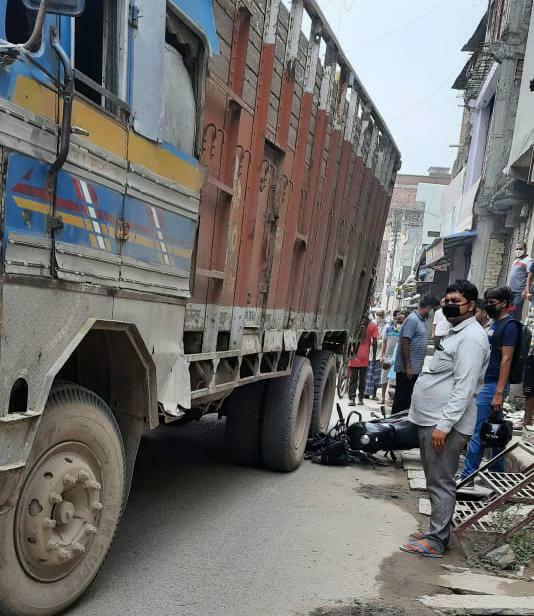 ट्रक ने बाइक को कुचला बाल-बाल बचा बाइक सवार, पुलिस ट्रक को कब्जे में ले मामले की जांच पड़ताल में जुटी