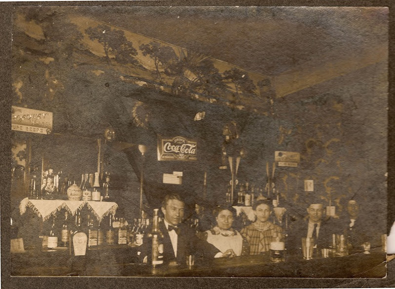 FINK-Irving-Bertha-Frieda in bar in BuffaoNY c1900