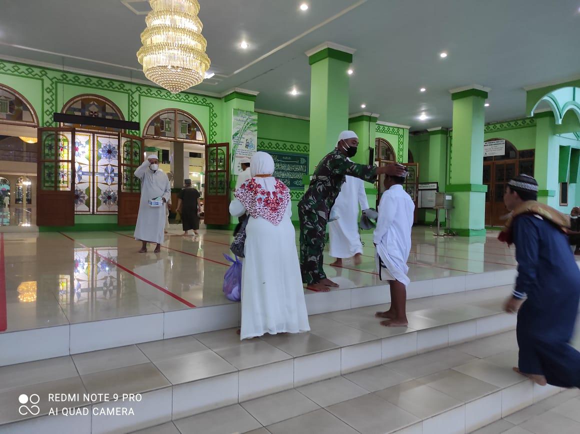 Babinsa-Bhabinkamtibmas, Amankan Sholat Nisfu Sa'ban dan Sosialisasikan Prokes