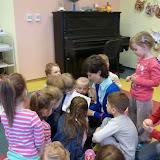 02.04.2012 Pani prezes Małgorzata Jasnoch czyta dzieciom