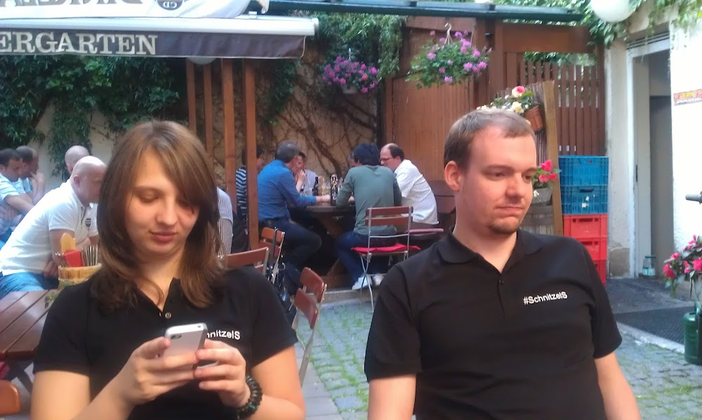 Dani mit Handy, Steffen hungrig, beide mit SchnitzelS Polos