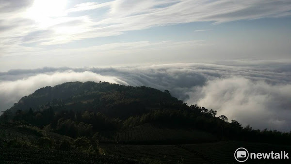雲嶺之丘,雲海如波濤般流動。