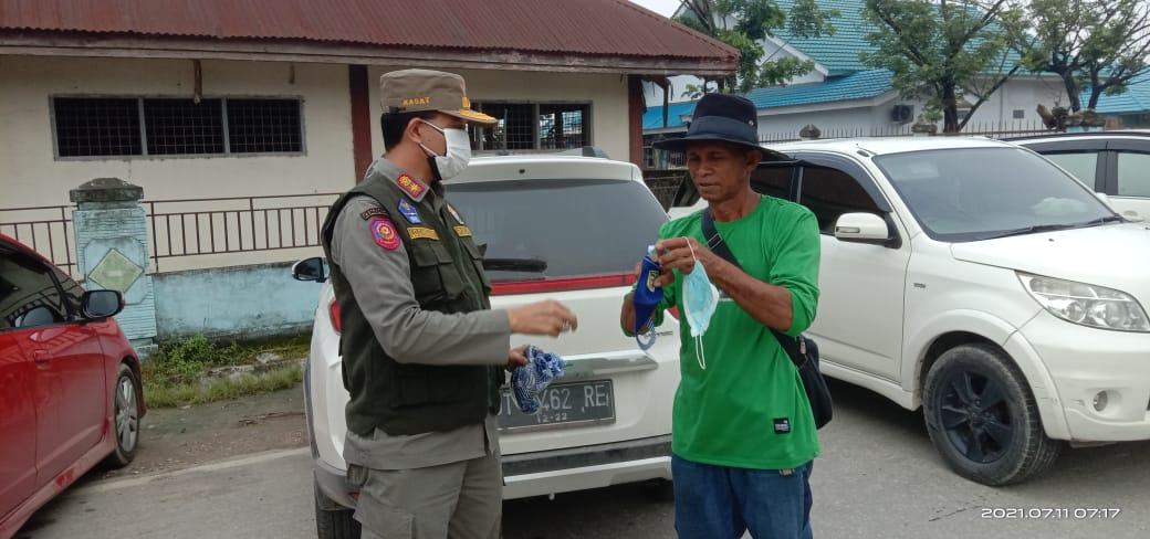 Kasat Pol PP Prov. Sultra Turun Langsung Bagikan Masker pada Warga Kota Kendari