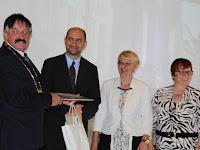 22 A polgármester okleveleket ad át a testvérvárosok polágmestereinek.JPG