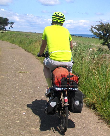 Chris on the Bike auf dem Betonplatten-Weg