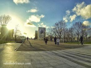 Photo: Face au pont Simone de Beauvoir se dressent les tours de la Bibliothèque Nationale de France (BNF) -e-guide balade à vélo de Bercy Village à Notre-Dame par veloiledefrance.com