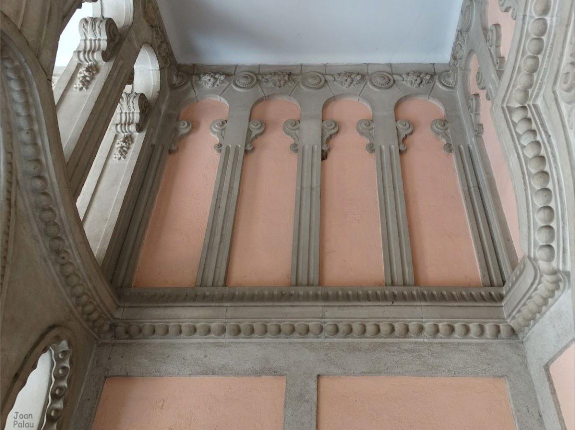 pared lateral decorada con cenefas y falsas columnas