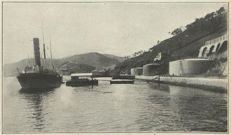 El EDUARDO en la base naval de La Graña. Primer suministro de fuel oil hecho por Anton Martin y Cia., de origen Texaco..jpg