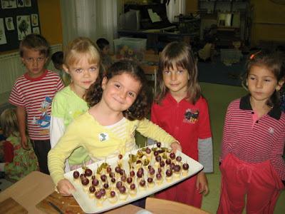 Na jednotlivých školkách se dělo pořád něco zajímavého. Dělali jsme jednohubky z ovoce.